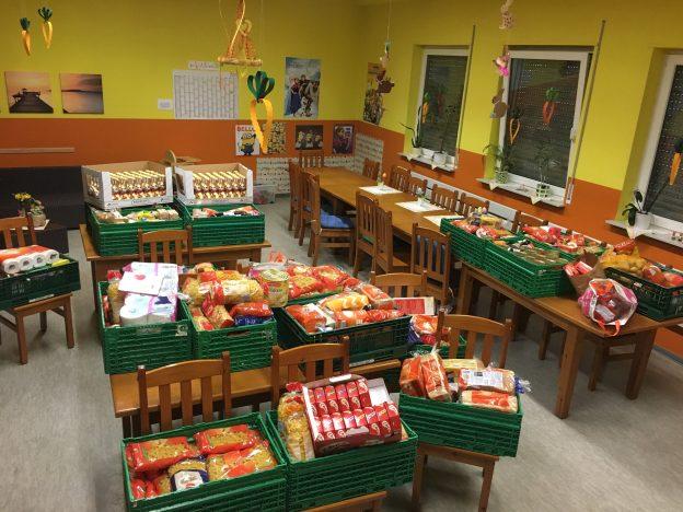 Gloggestubb gefüllt mit Lebensmittelspenden